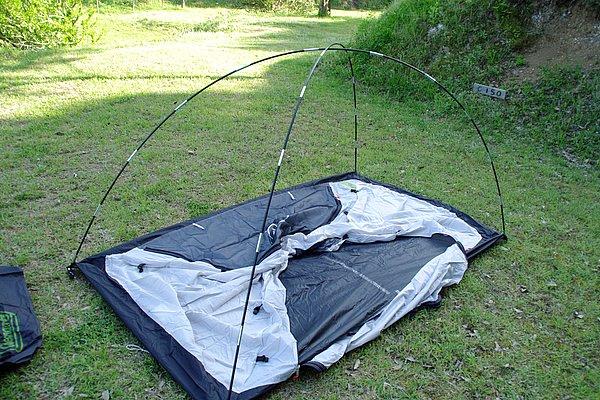 樹脂製のポールを使う吊り下げ式のテントは、初心者でも組み立て易い。パッケージ内には親切な説明書が入っているので、初めてでも不安無し。