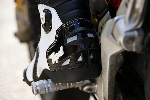 効率的なベンチレーションを各部に配置。ブーツ後方に発生する負圧を利用して強力に内部の換気を行う本格的な装備だ。