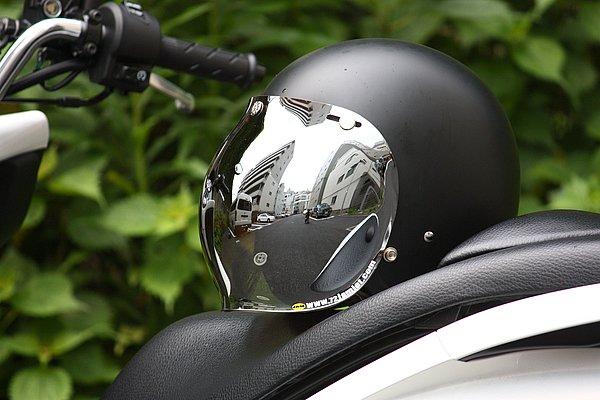 表面は美しいミラーコートで陽射しから眼を保護。表面は傷に強いハードコートで、UVカット機能も備えている。