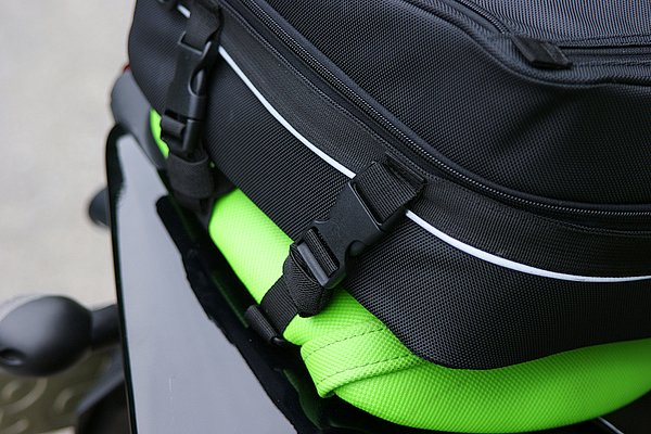 着脱は4箇所のバックル操作で非常にイージー。タンデムベルトを巻き込むベルクロ式のフラップも内蔵し、強固に固定できる。