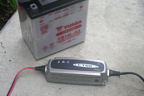 充電器本体のサイズは長さ141mm、幅51mm、高さ36mmとコンパクト。重量も300gと軽量なので、ガレージの中で邪魔にならないのもポイント。また、IEC規格のIP65防水・防塵性能も備る。