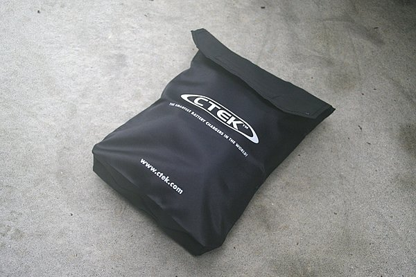 CTEKロゴが入った収納バッグが標準で付属。使い終わったら配線と本体をまとめて収納可能だ。また、クリアポケットを備えており、説明書やメンテナンスメモなどを入れておくこともできる。