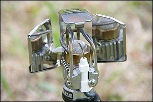 ランタン本体中央に見えるのがプラチナ発光体。繊細なパーツを保護する金属製ガードが個性的な外観を演出。