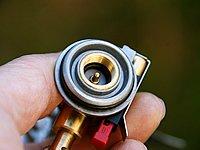 ガスの圧力を確実にマイクロレギュレーターに導くため、ボンベとの接合部は2重のOリングで念入りに密封。