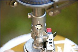 マイクロレギュレーターのノズル部分。微細な穴から噴出したガスは外気を取り込みつつバーナーへと導かれる。