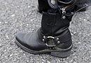 これまたH-D純正ブーツ「#191 ブルックリンロー」。全身を真っ黒にまとめているからこそ、白いヘリテイジが映えるということ?