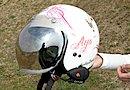 ハーレー純正のヘルメットに、これまたお揃いのピンストライプを入れています。ヘルメット横には「aya」とネーミング!