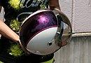 車体とお揃いとする同じカラーリングをジェットヘルメットにも施しています。ペイントはペイントショップ Glanz の手によるもの。