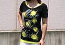 黄色いタンクトップの上にブラックのシャツを重ね着して個性を出しています。ファッション面でのこだわりも光っていますね!