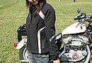 レザー同様、HARLEY-DAVIDSON純正のインナージャケットを重ね着して防寒対策。上着とは違ってロゴが控えめなところがミソ?