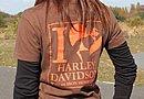 オーナーが所属する女性ハーレー乗りのMCオリジナルのTシャツ。やはりハーレーである以上、オレンジという色は不可欠?