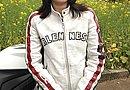 とてもやわらかいレザージャケットはアレンネスのもの。ジャケットにはダメージ加工が施されていてオシャレです。