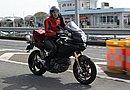 Multistrada 1100s を颯爽と乗りこなす祐子さんの身長は169cm。シート高は845cmあるので165cm以下の女子は注意が必要です。