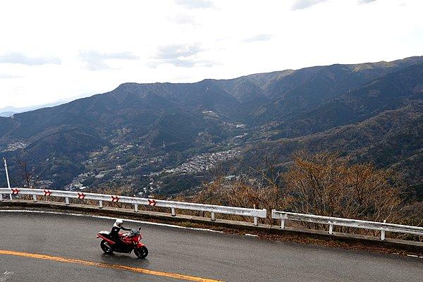湯河原を抜け大観山まで続く「椿ライン」は、有料道路が多い箱根において、ライダーには嬉しい一般道。クネクネとタイトなコーナーが現れます。