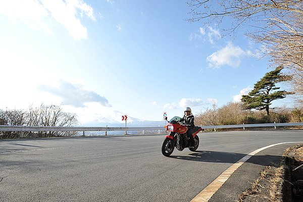 御殿場へ抜ける県道410号線も、多くのライダーが好む道です。有料道路と比べるとタイトなコーナーが続きますが、富士山を近くに感じながら走れます。