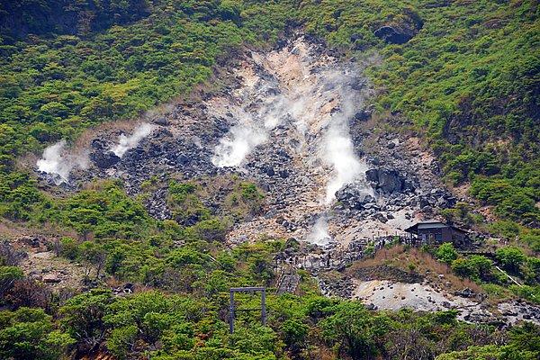 ロープウェイに乗って、大涌谷へ。40万年前の火山活動の名残りを噴煙地で楽しめます。お天気がよければ、美しい富士山を眺めることができます。