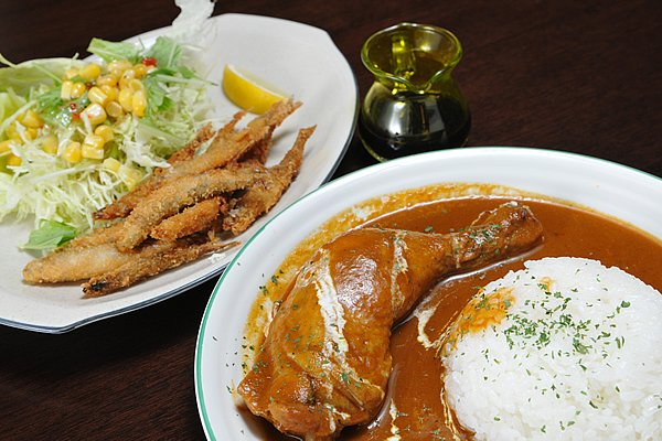 芦ノ湖畔にある「湖亭」では、チキンカレーセットを。大きな骨付き肉がじっくり煮込まれ、絶品です。芦ノ湖名物わかさぎのフライも美味しいですよ。