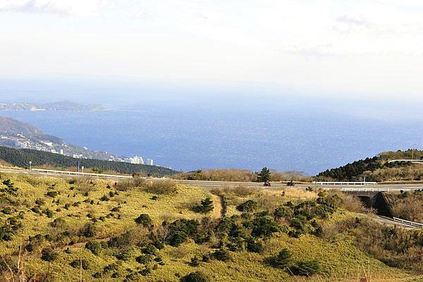 山と海の両方の景色を楽しめる伊豆スカイライン。風が強い日は、少々流されることがあるので、特に250ccなどの軽量車はご注意を。慌てず楽しんでください。
