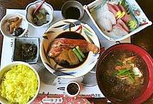 稲取では、おいしい魚を食べましょう! ここ「徳造丸」では金目鯛煮魚定食(2100円)がおすすめです! 新鮮なお刺身も旨い! 稲取漁港のすぐそばです。