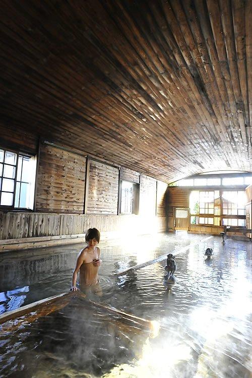 日帰り入浴も楽しめる総檜造りの千人風呂は「金谷旅館」の名物温泉です。この千人風呂は混浴ですが、女性専用の「万葉の湯」もあるのでご安心を!