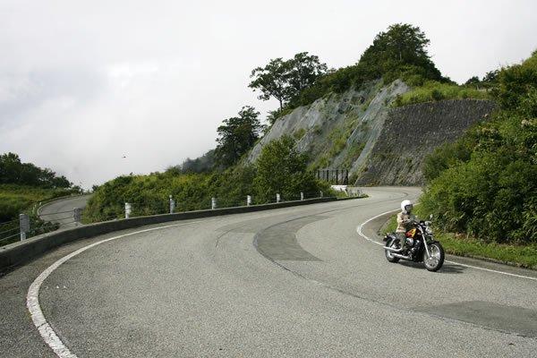 西吾妻スカイバレーは、山形県の米沢市まで続きます。東北で一番標高が高い峠(白布峠1404m)があるのもこの道です。ダイナミックなワインディングでしょ!