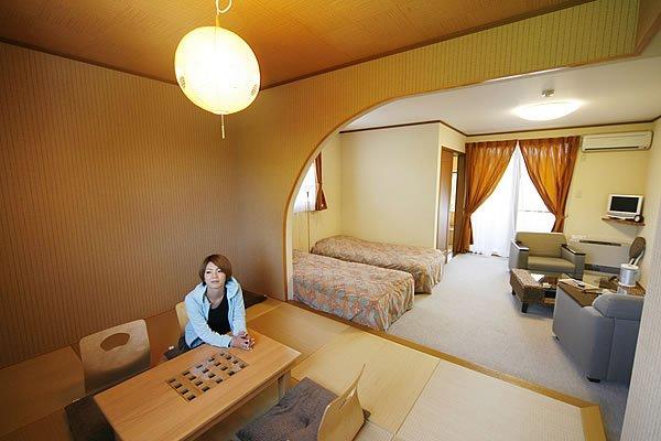 宿泊は小野川湖のほとりにある「beehive」へ。オーナーシェフ自慢のフレンチでちょっぴり豪華なディナーもリーズナブルな料金で堪能できちゃいますよ。貸切露天風呂も人気です。