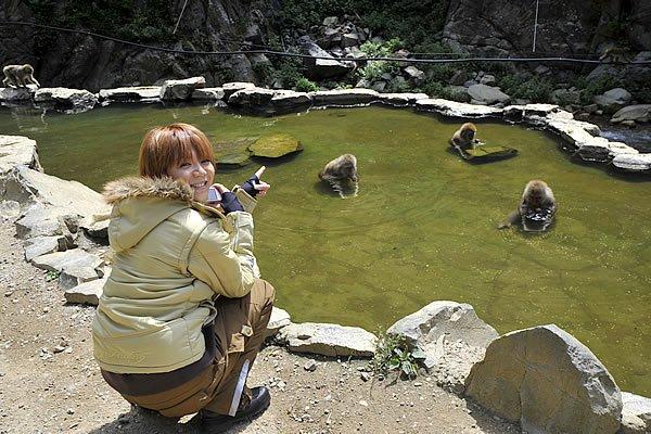 地獄谷野猿公苑では、お猿さんたちが温泉に入っているところが見られます。温泉が気持ちいいっていうことを彼らも知っているんですね。
