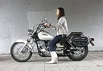 バイクを選ぶうえで重要視するのが、シートの高さ。このDS250のシート高は670mmと低く、小柄な女子でも安心して乗れますよ。しかも装備重量は160kgという軽さです!