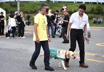 まずはヤマハ発動機販売の松尾社長が体験歩行を見せてくれました。盲導犬のウェーブちゃんはまっすぐ歩いていましたが、私が体験するときもまっすぐ歩いてくれるのでしょうか…。