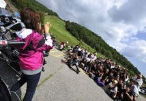 先ほどの個性的なお二人と真梨さんが参加するチームを記念撮影! 参加するライダーみんなが個性的でカッコイイ! 女子ライダーも沢山参加していました!