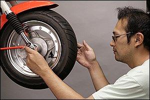 タイヤのトレッド面の点検は、ホイールを空転させながら行なうと作業がスムーズです。同時にホイールの異常な振れは無いか、ホイールベアリングの状態は良好かどうかの確認をしておくと良いでしょう。