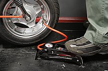 足踏み式エアーポンプは四輪車にも使用できるので持っておくとよいでしょう。足踏み式ポンプの中にはエアゲージが付属したタイプも多いですが、正確な空気圧管理を行なうためにも専用エアゲージを用意するのがお勧めです。