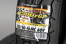 タイヤに添付されている商品ラベルは、タイヤの銘柄やモデルやサイズを明記してあるだけで、生産年月が明記されているわけではない。重要なのはタイヤ側面の文字表記だ。