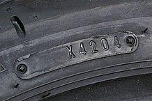 タイヤサイドに楕円状の枠があるが、この中に表示された数字が生産管理番号だ。2000年以前に生産されたタイヤは数字3ケタで、2000年以降に生産されたタイヤは数字4ケタになる。最初の2ケタが生産「週」を意味し、次の2ケタが生産「年」を表す。「4204」の場合は「2004年の42週目」に生産された。つまり2004年10月中旬に生産されたことになる。「2804」なら2004年の28週目だ。タイヤ選びの際の目安になる。