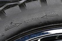 トラディショナルなタイヤパターンを採用するモデル、例えばダンロップTT100GPなどには前後輪の区別がない。しかし、前後輪では「回転方向」に違いがあるので、必ず表示通りのローテーションで組み込まなくてはいけない。