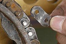 ピンの頭が十分に削られていれば、じきにプレートが外れるはずです。プレートが外れたならば、反対側のプレートを裏側に向けて引き抜いて、専用工具を使うことなく、切断作業は完了となります。