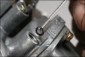 全長95mm、先端の爪は2mm程度と本当に小さな工具だが、極小Oリングを引き上げる機能は完璧と言える。ピックツールで突いたり、エアで吹き飛ばしてしまった苦い経験の方には、是非使って欲しいツールである。