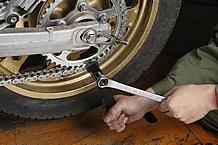 プレートの圧入とカシメ作業は、専用工具を使用する。プレートの圧入代は隣り合うプレートと高さを確認しながら作業を進める。圧入しすぎてOリングが潰れてしまったら作業は失敗。