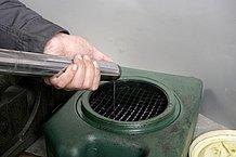 古いフォークオイルを排出する際には、オイル量やオイルの劣化具合(色)を確認する。オイル量が著しく少ないならば、オイル漏れが疑われる。また、汚れが酷いならば、完全分解洗浄が必要なこともある。