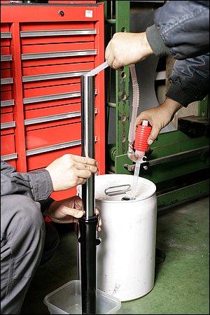 オイルとスプリングを抜いた状態で、フォーク内部を洗油で満たしていく。使い古した汚れた洗油では、フォーク内部を汚してしまうため、新品もしくは、それに相当するろ過された洗油を使用する。