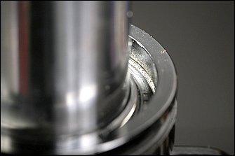 オイルシールがすべて入ったかどうかは、目視で確認することもできる。シール上部に位置する、抜け止めサークリップが入る溝が全周で確認できたら、正規の位置までシールが入った証拠だ。