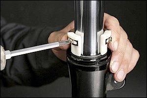 オイルシールプッシャーは、倒立、正立両方に使用できるタイプと正立専用品がある。今回使用した両対応のタイプは、オイルシールを押し入れる爪の間隔をインナーチューブ径に合わせて使用する。