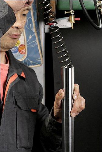 フォークオイルを注入し、油面の計測を行なったらフォークスプリングを組み込む。フォークスプリングは、上下の向きがある場合もあるので、分解時に確認しておくと良いだろう。