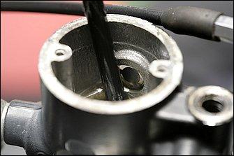 ブレーキオーバーホールを実施する際は、分解前にリザーバータンクのフルードを事前に抜き取っておく。タンク内のフルード抜き取りには、バッテリー電解液の抜取りに使用する大型のスポイトを使用した。