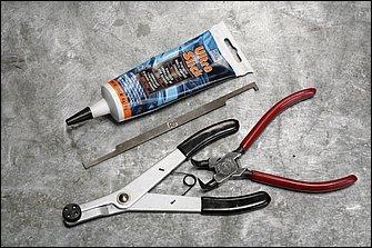 ブレーキ構成部品のオーバーホールに使用した専用工具は、シリコングリス、キャリパーシール溝清掃ツール、キャリパーピストンの抜き取りに使用するプライヤー、サークリッププライヤーなどとなる。
