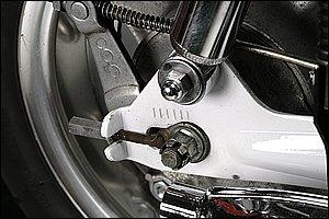 サスペンションの取り付け部分やアクスルシャフトの締め付け部分など、バイクのいたるところに使われているボルトやナット。これらの結合部分の着脱に必要であり便利なのが、スパナやめがねといったレンチ類です。