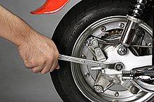 硬く締まったボルトやナットを緩める時には、強いトルクを与えられるように柄の長い工具を使うのが基本です。また、工具を使う時はできるだけ車体に干渉しない場所で操作するのが怪我をしないためのコツです。