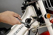 スパナやめがねレンチが届かないボルトには、ラチェットレンチとソケットの間にエクステンションバーという延長棒を挟むことで容易に回せます。このバーを使う時は、ソケットがズッコケないよう押さえましょう。