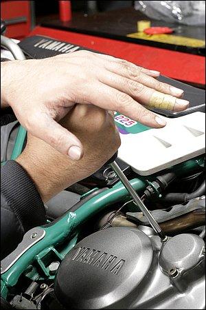 本文にもありますが、プラスドライバーでプラスねじを緩める際には、いかにカムアウト現象を起こさないようにするかという点が重要です。バイクの縦面にねじがあって、ドライバーで強く押すと車体が安定しないというような場合、押さえる力を弱めるのではなく車体を安定させることが先決です。車体の反対側から誰かに支えてもらうなり、場合によっては壁や柱にもたれ掛からせるようにしてでも、ねじに押しつける力が逃げないように心がけましょう。