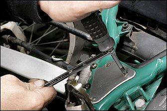 片手でドライバーを押しつけつつ、ボルスターにはめためがねレンチで回転力を与える。いくら掴みやすいグリップでも、レンチ加えるトルクにはかないません。ちょっと古いバイクのねじを緩める時は、無条件で使っているというベテランは少なくありません。
